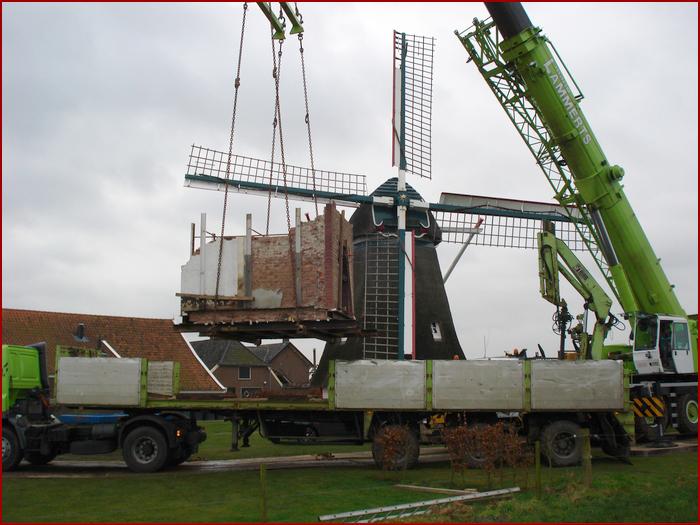 De oven is uit de oude bakkerij getakeld, een stukje op een vrachtwagen vervoerd en wordt nu bij de molen weer van de vrachtwagen afgetakeld om in de oude stoltenberg haar plaats te krijgen; ruim 20.000 kilo's !