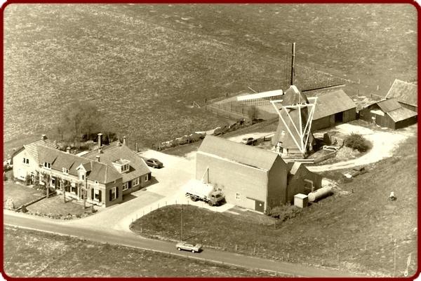 Overzichtsfoto van veevoederbedrijf en bakkerij Nijendijk, begin jaren 70.