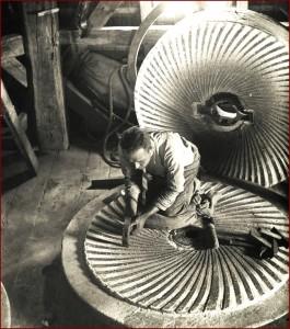 Het scherpen van de molenstenen door Jannes Nijendijk in 1946-b700